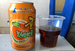 Оказывается, в северокорейском самолёте еще и кормят! Показываю чем