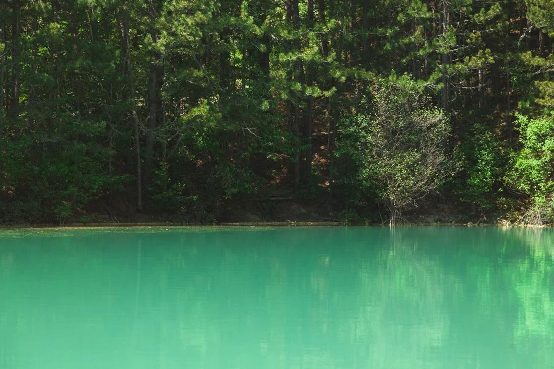 Малоизвестное озеро с бирюзовой водой по дороге на Ай-Петри