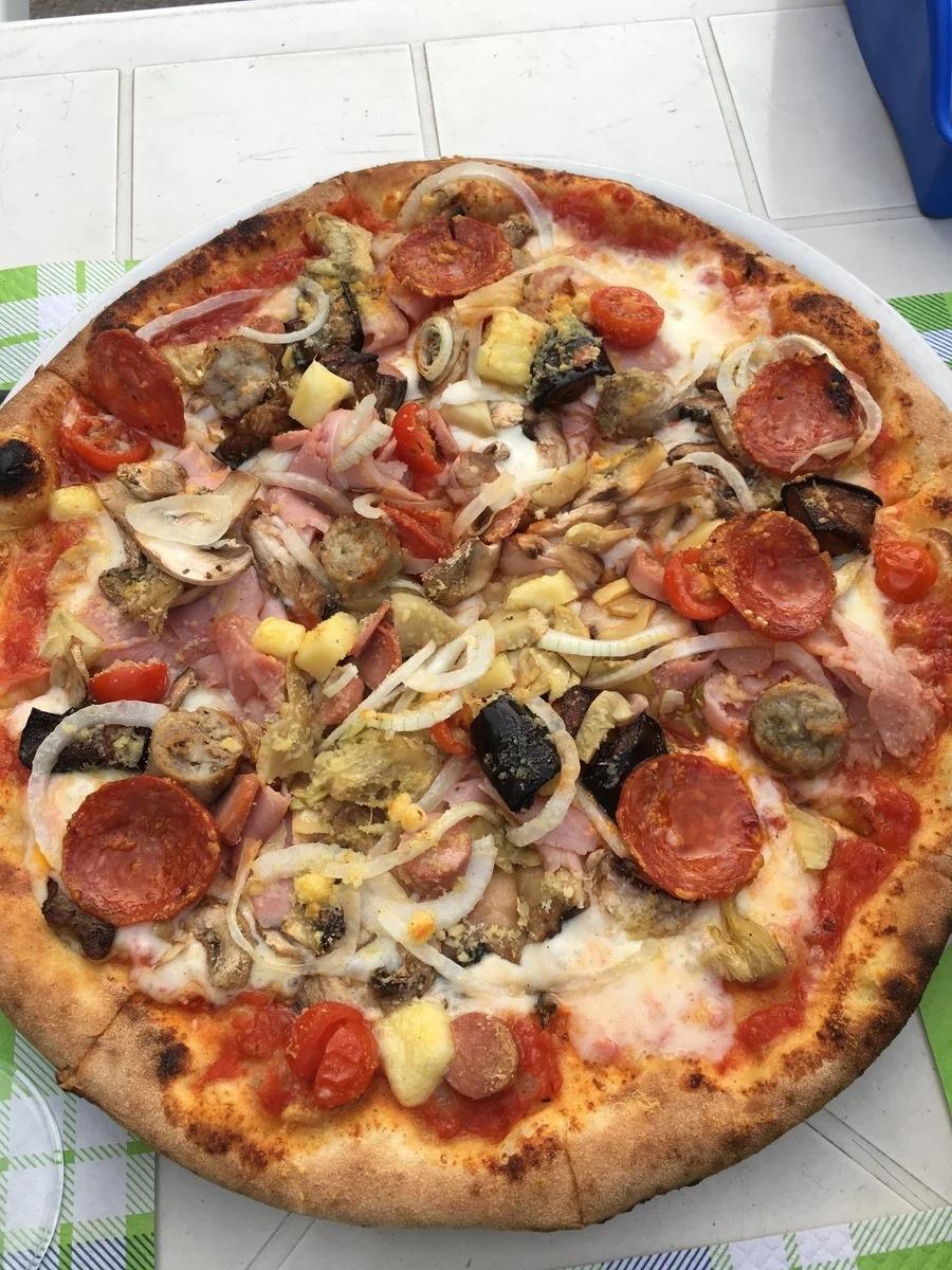 Италия: пробуем пиццу. Убедились, что самая вкусная в маленькой семейной траттории, подальше от центра