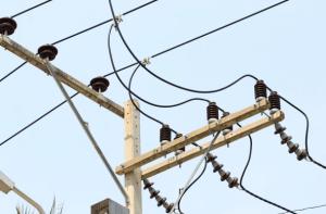 Большое количество проводов на уличных столбах в Таиланде. Причина всего – сабай