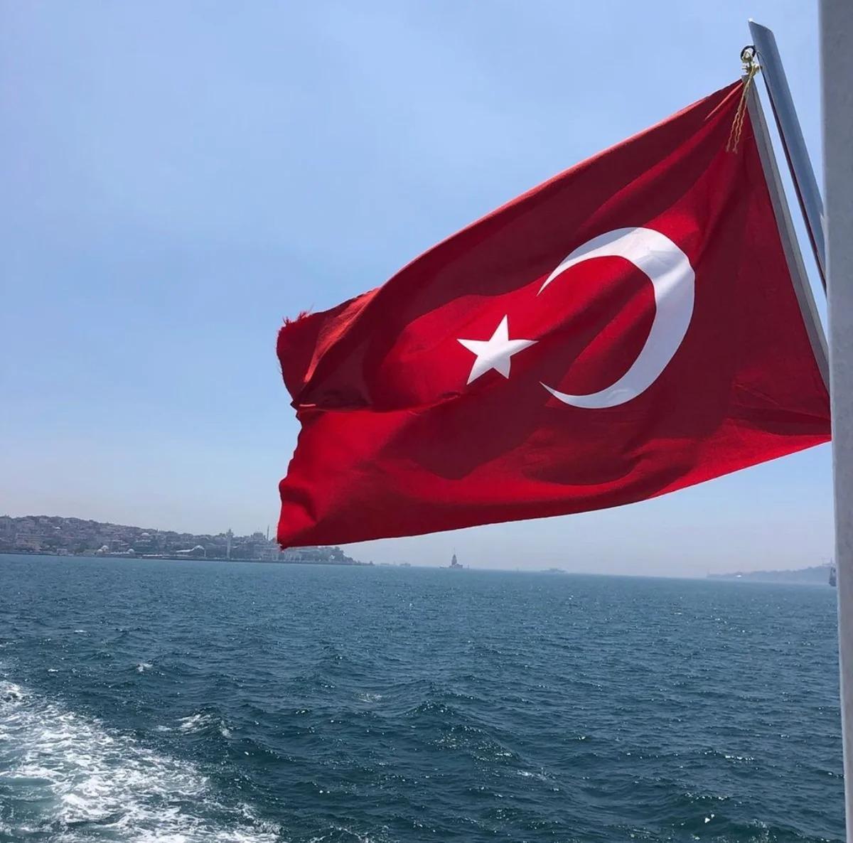 Турция без русских. Кемер: безлюдное побережье и пустые лежаки.