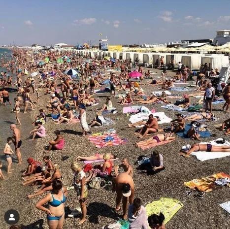 Так много людей на побережье Крыма я еще не видела. Фото с одного из крымских курортов в июле 2020 года.