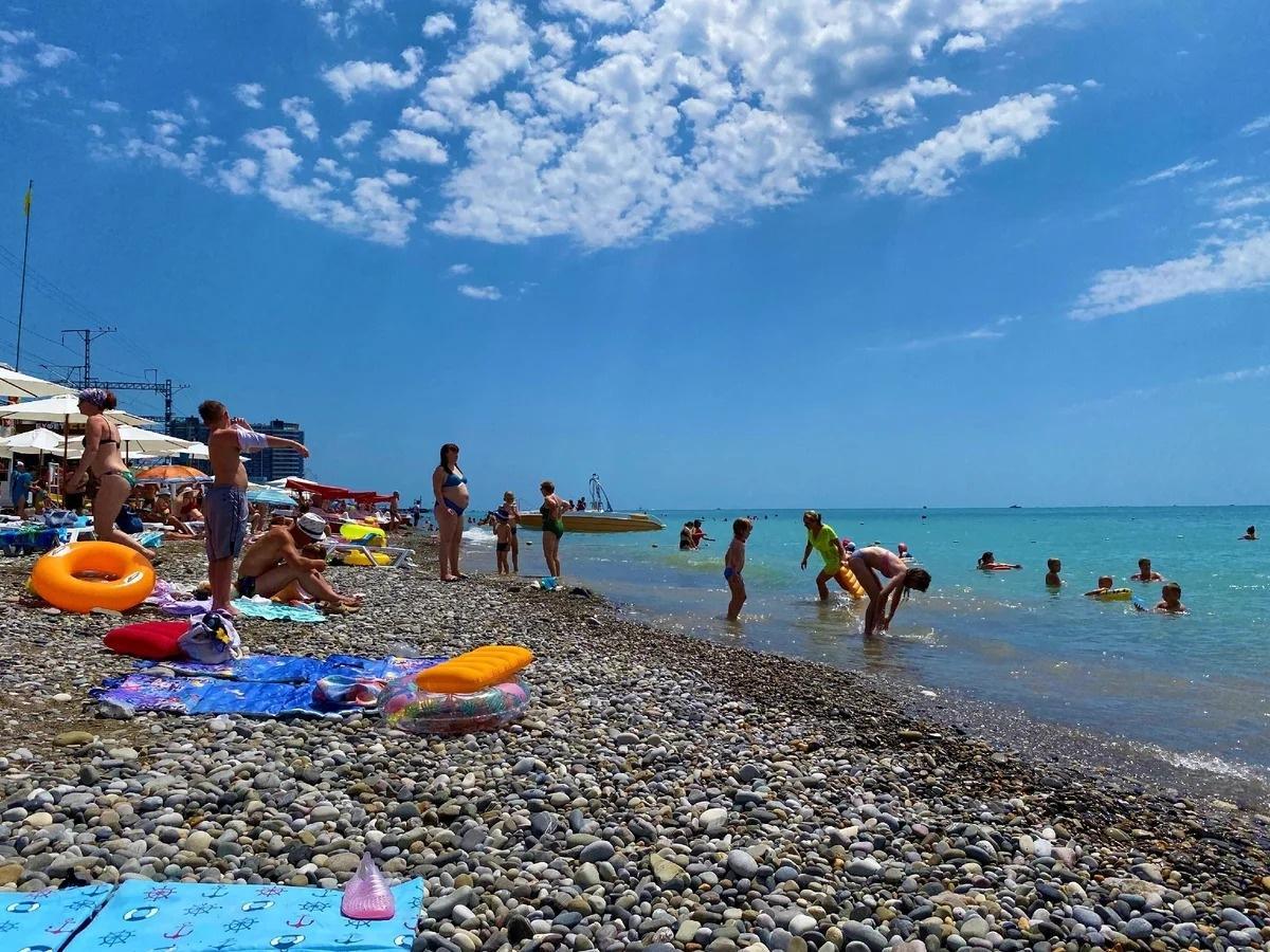Приехала в Лазаревское (мкн Сочи) и увидела сколько здесь людей и какой пляж, показываю, июль 2020