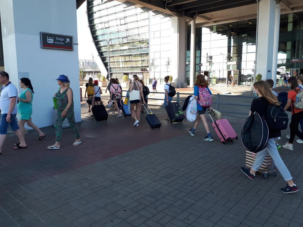За неделю в Сочи приехало более 100 тысяч туристов. На 4 июля более 100 авиарейсов. Прошёлся по улицам курорта