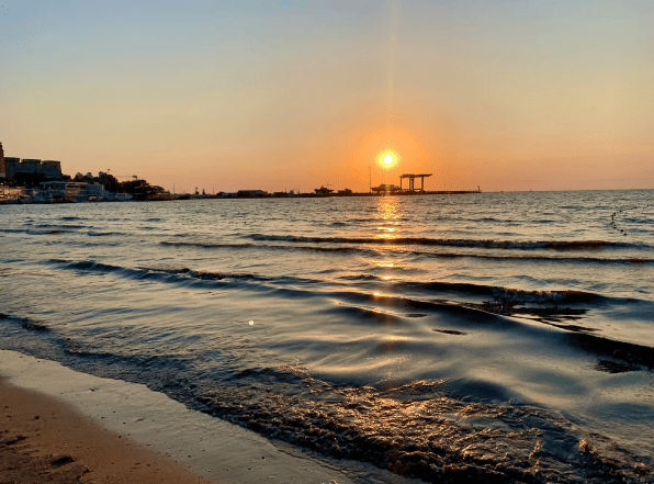 Люди покупают пакет всё включено,поэтому вынуждены купаться в грязном море Анапы.Разговор с анапчанкой,продающей экскурсии.