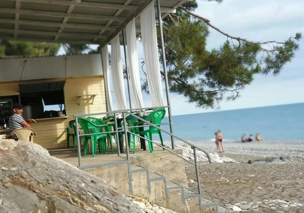 Говорят в Абхазии в этом году дорого и невозможно отдыхать. Съездили на разведку в августе, показываю наше жилье и какие цены