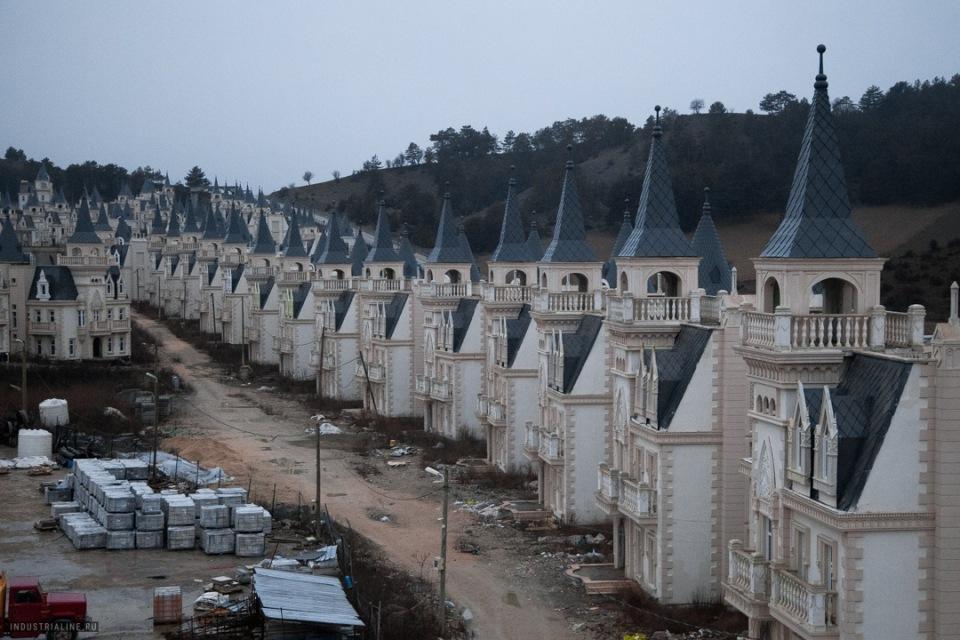 Город пустых замков в Турции. Расскажем, почему там никто не поселился
