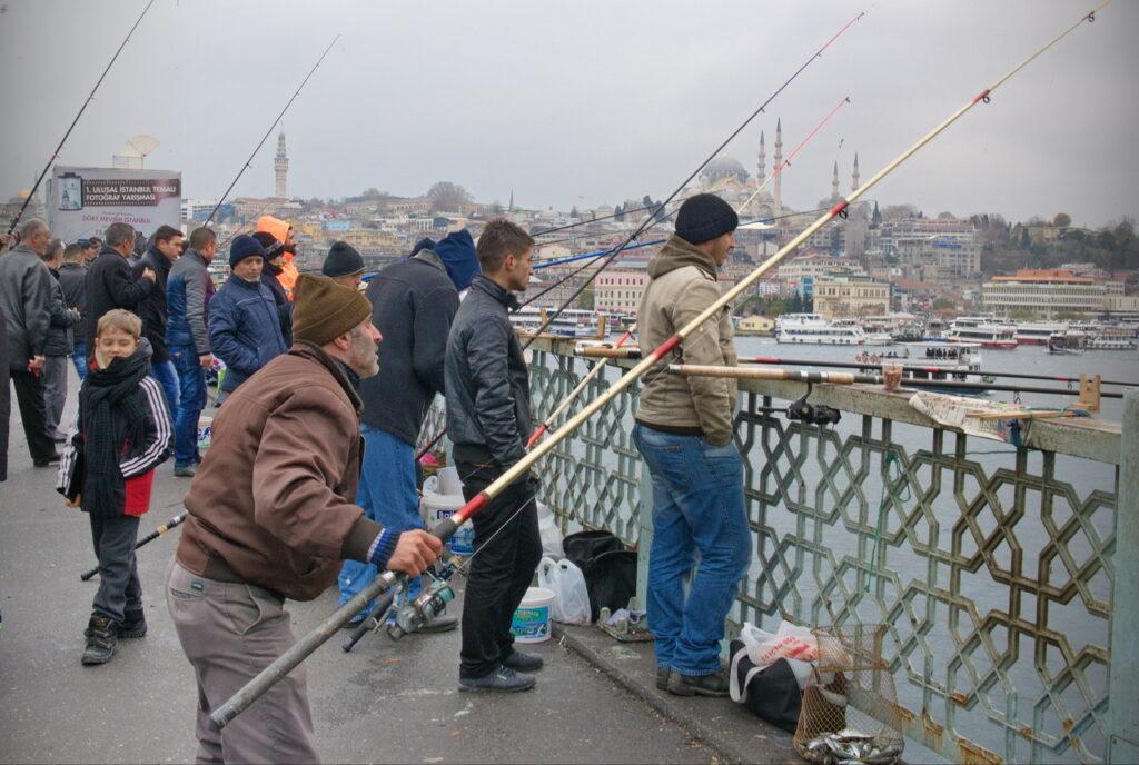 Рыбаки в центре Стамбула. Посмотрим, что они там ловят.